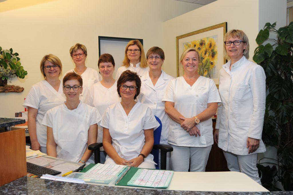 Das Team des Ambulanten-Herz-Kreislauf-Zentrums Dr. med. Christine Bahr & Kollegen am Empfang in der Pasewalker Praxis