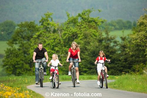 Familie beim Radfahren an einem sommerlichen Tag