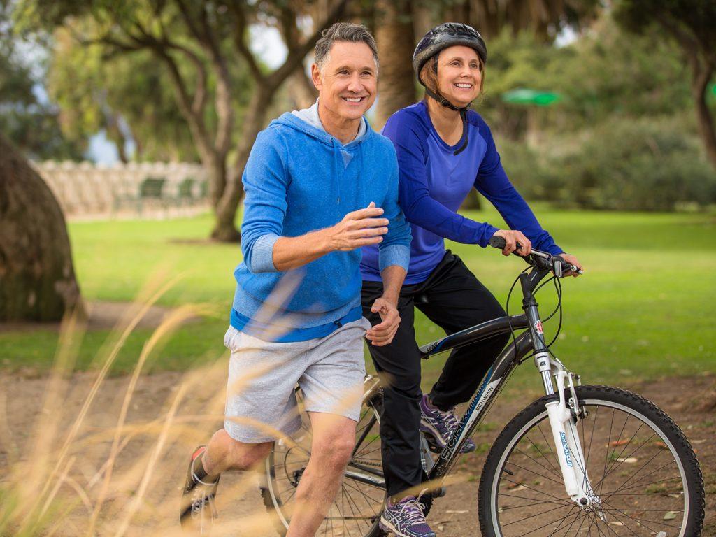 Paar beim Laufen und Radfahren